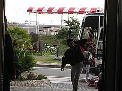 バスやタクシーで帰ってきます