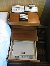セーフティボックスはベッドサイド