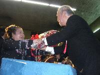 花束を渡す名幸社長