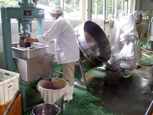 赤しそを釜で煮て、搾って、充填機に移す