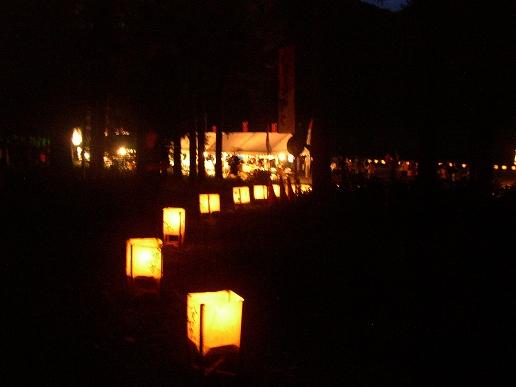 灯篭がお祭り会場へつづいています