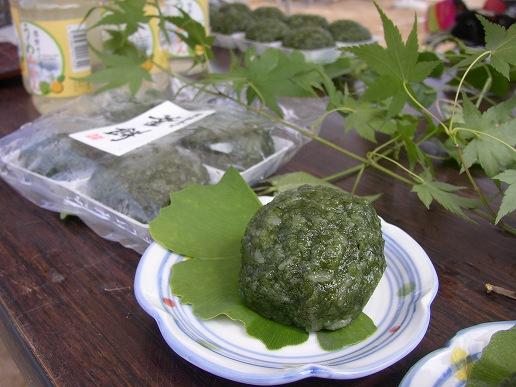 080913釜餅は1個ずつお皿に並べます。葉っぱが素敵です。