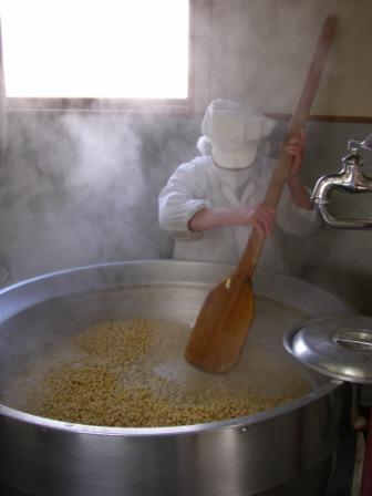 焦がさないように豆をかき混ぜる