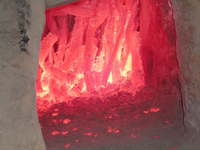 窯の中で燃える備長炭