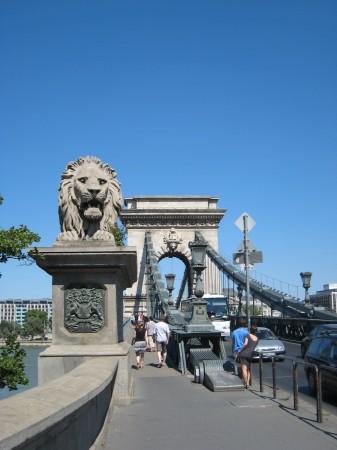 くさり橋のライオン