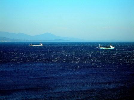 部屋からの眺め白波の青い海