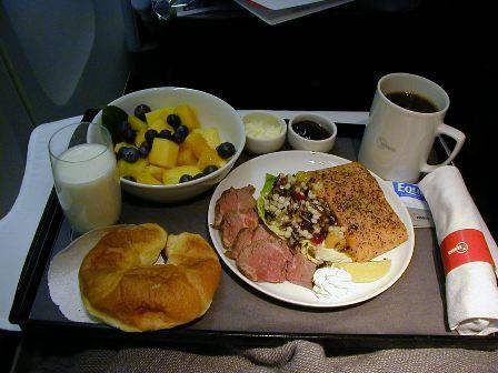 機内、最後の食事ご馳走さま