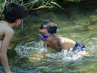 夏水に遊ぶ子供