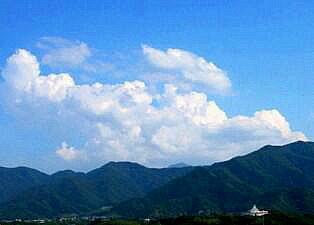 青い空・白い雲・山並み