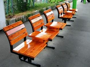 温か味のある木製の椅子
