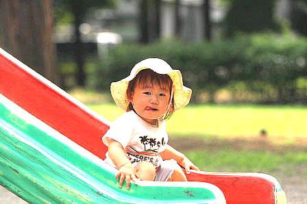 滑り台の子供