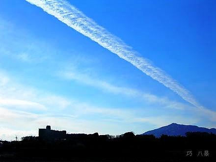 何本も残る飛行機雲