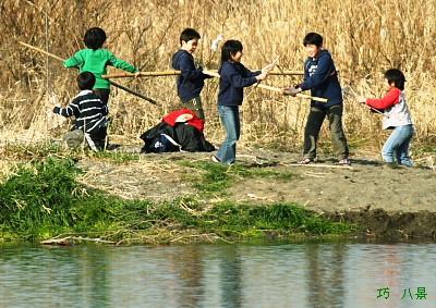 自然に遊ぶ子供達
