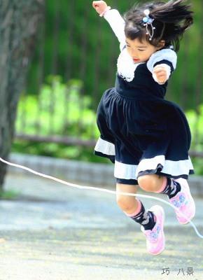 飛跳ねる子供