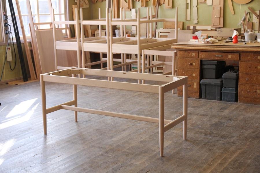 椅子と組み合わさるのがこの丸脚のテーブルです。