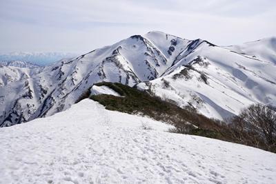 05031513大朝日岳が近いようで遠い.jpg
