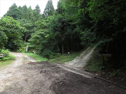 山頂側の近道の分岐(右へ)