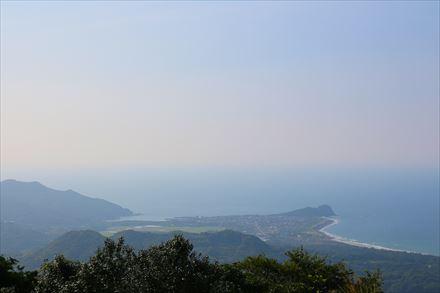 山頂からの芥屋の大門側の景色