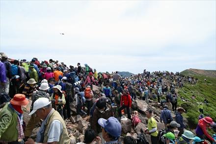 山頂に集まる登山者