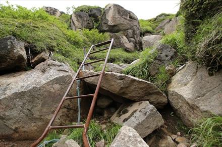 中岳の登山道の梯子