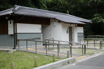 太宰府政庁跡駐車場近くの公衆トイレ