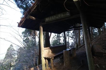 途中の休憩小屋