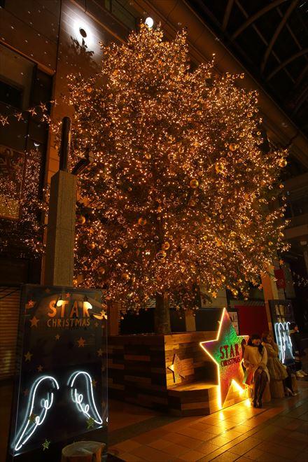 大丸パサージュ広場のクリスマスツリー
