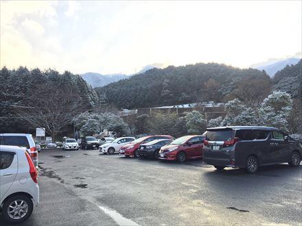 つららシーズンの昭和の森駐車場