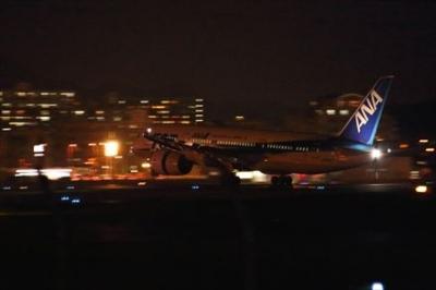 福岡空港の周りから見える夜の飛行機