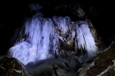 難所ヶ滝をライトアップ