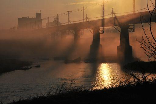 朝靄に包まれた鉄橋
