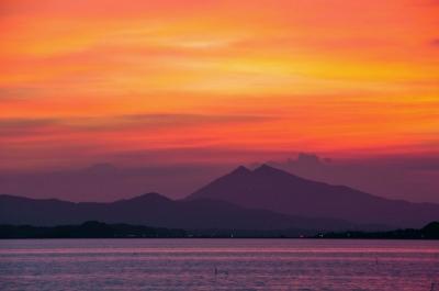 湖畔より紫峰の夕焼けを望む・・・