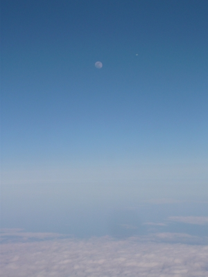 昇る月、飛行機