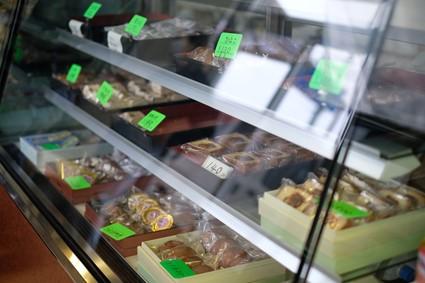 店内には昔ながらのお菓子も並ぶ