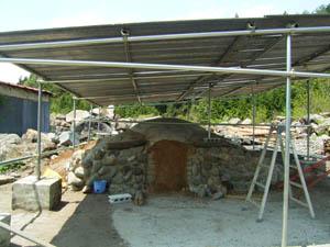 屋根付き炭焼き窯