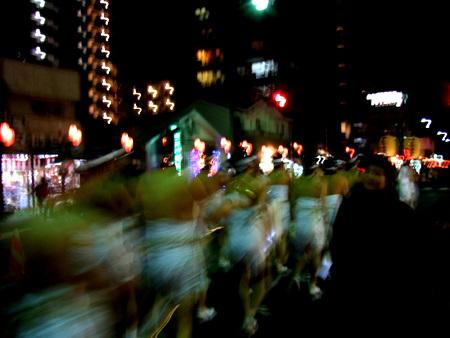 大崎八幡宮 どんと祭 街を練り歩く裸参りの人々