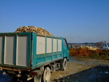 牡蠣殻を沢山積んだトラック