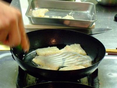 魚の皮をかりっと焼く