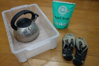 用意するのは酸素系漂白剤(←重要、塩素はソールが帰らぬ人になりますよ) バケツ(今回は靴が沈めやすいような平べったい容器を使いました)