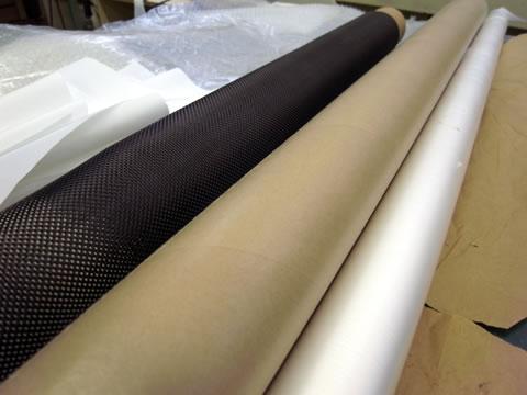 積層するカーボン繊維