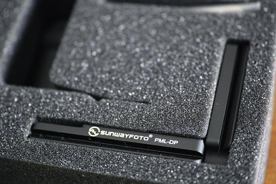 SUNWAYFOTO社のPML-DP カスタムLブラケットのパッケージ