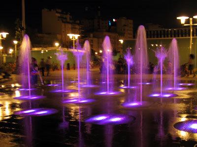 メトロ駅の上の公園の噴水