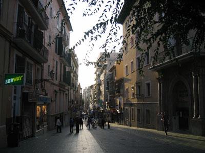 夕暮れ時のオルモス通り(calle Olmos)