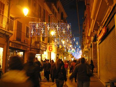 クリスマスイルミネーションが施されたcalle sindicato