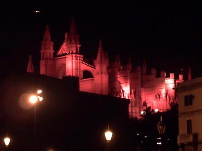 パルマ・デ・マヨルカ市の日に赤いライトに照らされるカテドラル