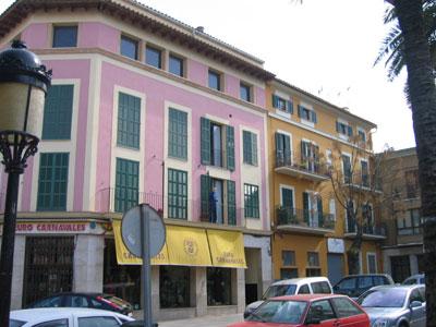 ピンク色の壁の建物