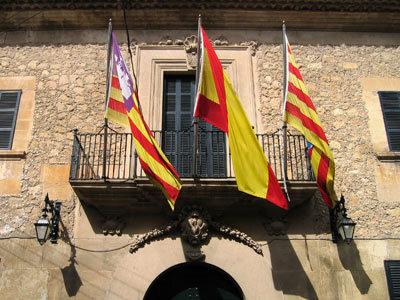 市庁舎と思われる建物の旗