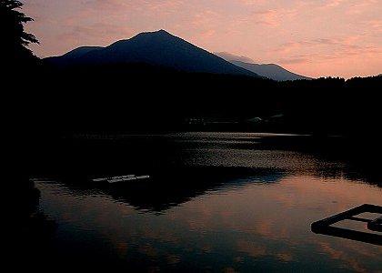 出の山公園から見た夕日のひなもり岳