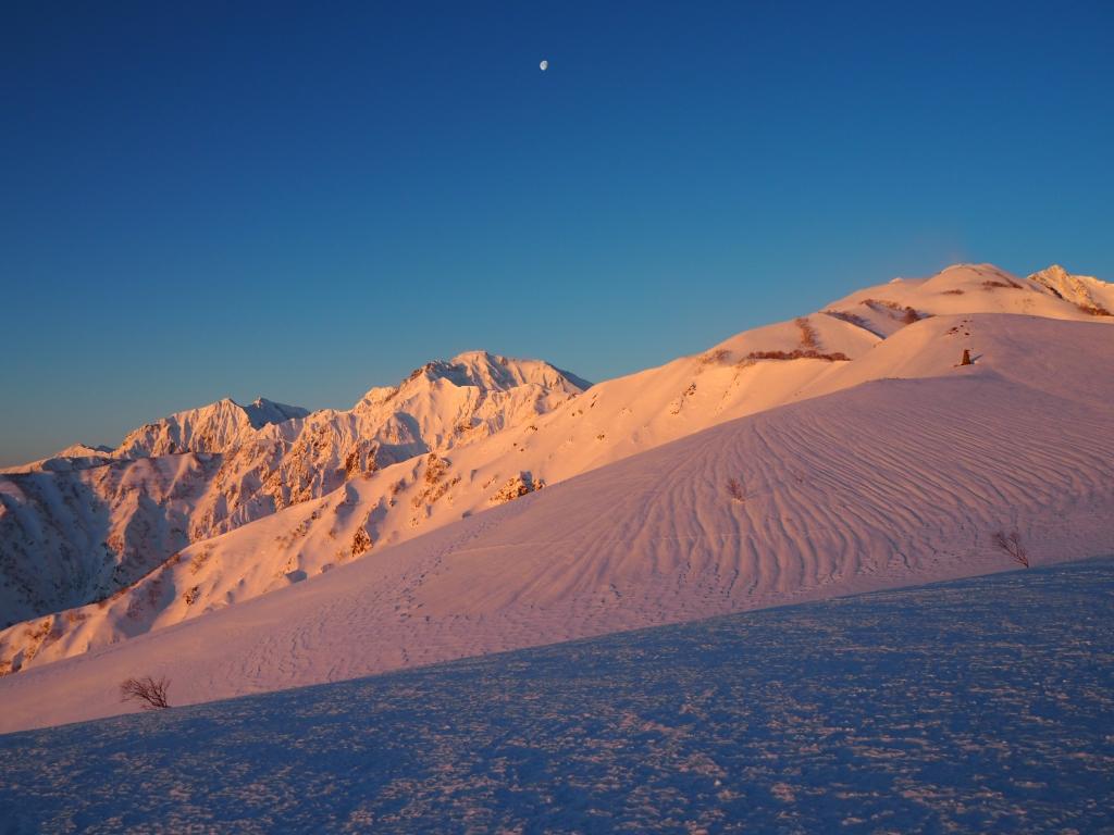 朝日に染まる五竜岳、唐松岳(モルゲンロート)