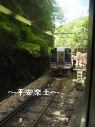 高野線の車窓からすれ違いの列車を望む